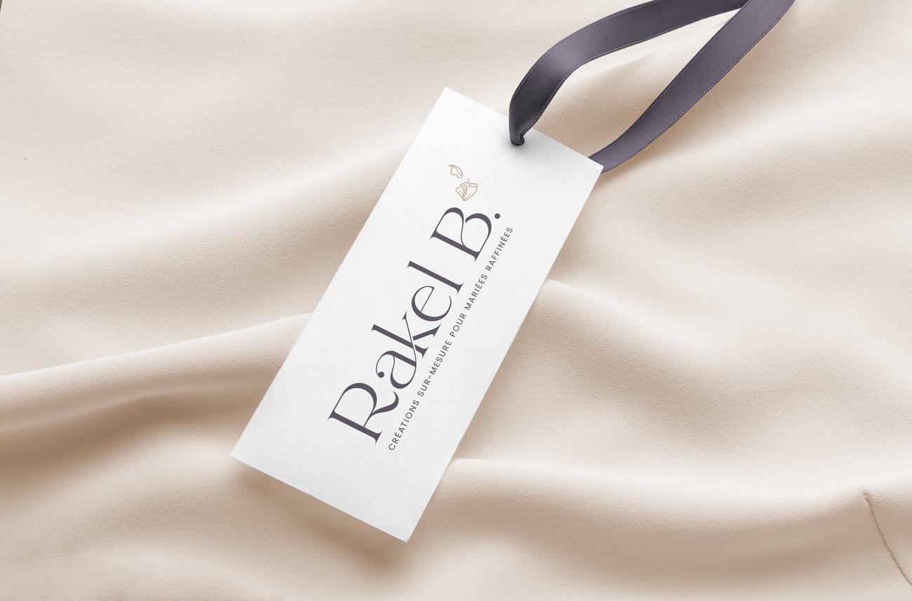 Logo mis en situation sur une étiquette de vêtement