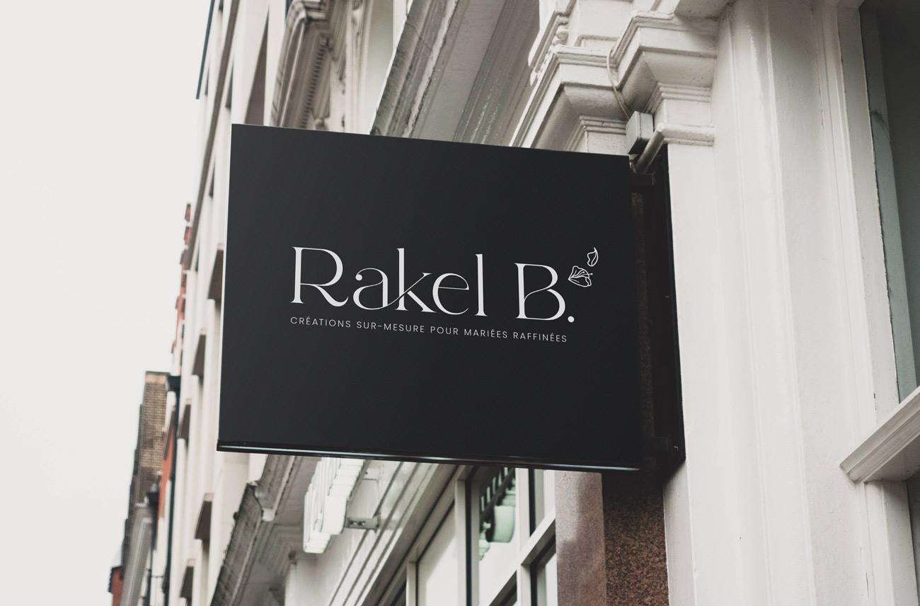 Logo blanc Rakel B, mis en situation sur une enseigne